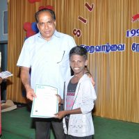 Child Ravi receiving prize